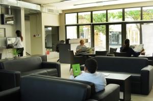 Sala de lectura climatizada con iluminación natural
